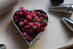 Шаги делать печенья Замерли ягоды, красная смородина Концепция праздничной выпечки День матери, день женщин, день Валентайн стоковые фотографии rf