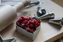 Шаги делать печенья Замерли ягоды, красная смородина Концепция праздничной выпечки День матери, день женщин, день Валентайн стоковые фото