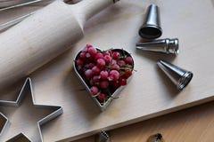Шаги делать печенья Замерли ягоды, красная смородина Концепция праздничной выпечки День матери, день женщин, день Валентайн стоковое фото rf