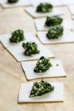 Шаги делать вареники заполнили с брокколи и шпинатом стоковое изображение rf