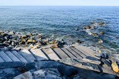 Шаги которые водят к морю стоковая фотография