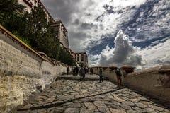Шаги к дворцу Potala в Лхасе, Тибете стоковые фото
