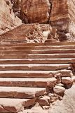 Шаги к усыпальнице урны Petra стоковое фото rf