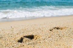 Шаги на песке приставают к берегу, море на предпосылке Стоковые Изображения
