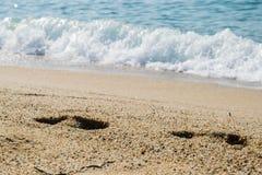 Шаги на песке приставают к берегу, море на предпосылке Стоковое фото RF