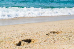 Шаги на песке приставают к берегу, море на предпосылке Стоковая Фотография