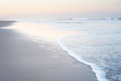 Шаги на пляже Бали стоковые фото