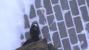 Шаги на снег, заморозок шагают через снег, холодную зиму, идя на снег видеоматериал