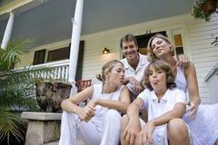 шаги парадного крыльца семьи сидя совместно Стоковое Фото