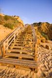 шаги пляжа к деревянному Стоковая Фотография RF