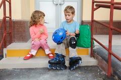 шаги сестры дома брата сидя Стоковое Изображение RF