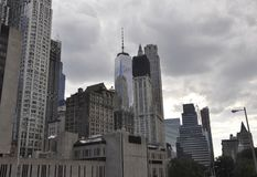 Шагните здание университета и взгляд башни свободы в более низком Манхаттане от Нью-Йорка в Соединенных Штатах Стоковое Изображение