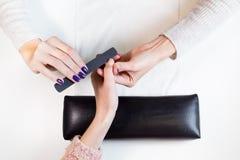 Шаг большого пальца руки пилочки для ногтей процесса маникюра Стоковые Изображения RF