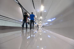 Шаг вперед людей Blured на белом коридоре Стоковые Фото