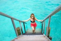 Шаг женщин вверх на лестницу моря Стоковая Фотография