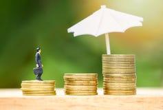 Шаг золотой монеты зонтика концепции страхования продаж защищая вверх по расти стоковые изображения