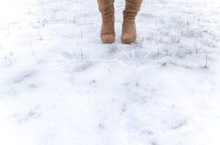 Шаг на замороженную землю Стоковые Изображения RF