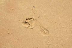 Шаг ноги ребенка на песок Стоковое Фото
