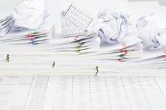 Шаг обработки документов имеет банкротство шарика дома и бумаги Стоковые Фотографии RF