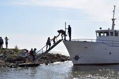 Шаг пассажиров на корабле Стоковое Изображение RF