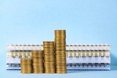 Шаг стога монеток и бумага тетради с космосом экземпляра для добавляют t Стоковая Фотография RF