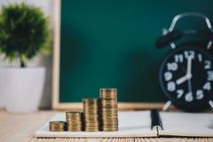 Шаг стогов и будильника монеток с зеленой доской, примечанием Стоковое Изображение