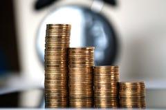 Шаг стогов и будильника монеток с планшетом и fi Стоковые Фото