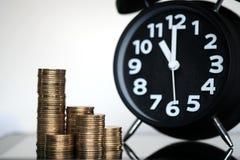 Шаг стогов и будильника монеток с планшетом и fi Стоковое Изображение RF