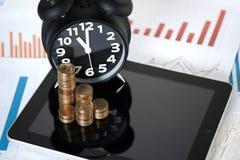 Шаг стогов и будильника монеток с планшетом и fi Стоковая Фотография RF