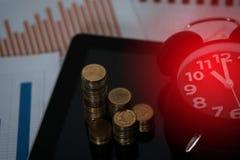 Шаг стогов и будильника монеток с планшетом и fi Стоковое Изображение