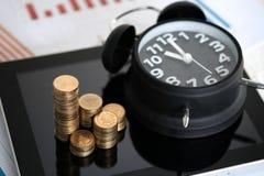 Шаг стогов и будильника монеток с планшетом и fi Стоковое фото RF