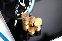 Шаг стогов и будильника монеток с планшетом и fi Стоковые Изображения RF