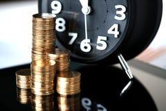 Шаг стогов и будильника монеток с планшетом и fi Стоковые Фотографии RF
