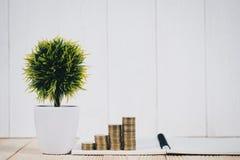 Шаг стогов и будильника монеток, тетради и финансового gra Стоковое Фото