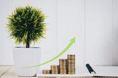 Шаг стогов и будильника монеток, тетради и финансового gra Стоковое Изображение