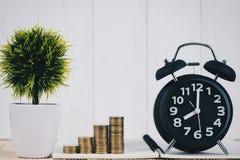 Шаг стогов и будильника монеток, тетради и финансового gra Стоковые Фотографии RF
