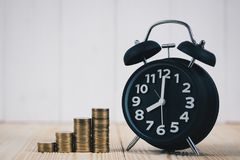 Шаг стогов монеток и винтажного будильника, планированиe бизнеса Стоковое фото RF