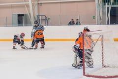 Шайба играя между игроками команд хоккея на льде Стоковые Фото