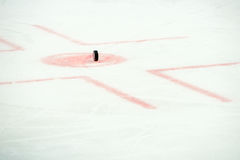 Шайба хоккея на хоккее Стоковые Фотографии RF