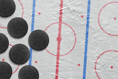 Шайбы на арене хоккея Стоковые Изображения RF