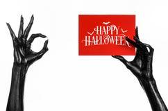 Шайка бандитов смерти держа бумажную карточку с словами счастливым хеллоуином Стоковые Изображения
