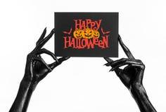 Шайка бандитов смерти держа бумажную карточку с словами счастливым хеллоуином Стоковая Фотография RF