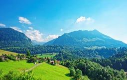 Шале на горах Prealps в районе грюйера в швейцарце Fribourg Стоковое фото RF