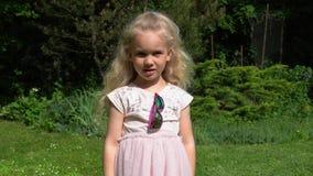 Шаловливая белокурая девушки хода шляпа прочь Счастливая девушка с розовым платьем Движение карданного подвеса сток-видео