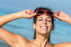 Шаловливая каникула лета женщины на пляже Стоковая Фотография