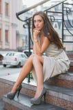 Шаловливая молодая дама представляя на улице стоковое изображение rf