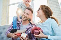 Шаловливая молодая семья в солнечном свете стоковое фото rf