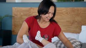 Шаловливое счастье отдыха и детства в спальне дома акции видеоматериалы