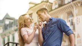 Шаловливые молодые пары есть мороженое и flirting, сладостная дата в лете стоковое изображение rf