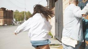 Шаловливые пары на улице в солнечном свете сток-видео